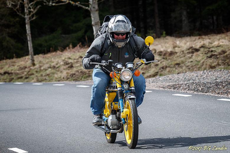 Full fart på blågul moped