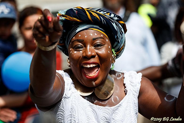 Jätteglad deltagare i Hammarkullenkarnevalen