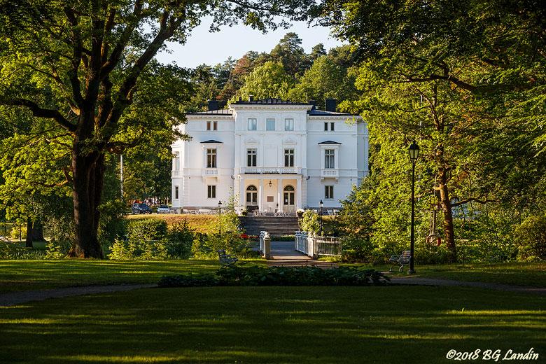 Nolhaga slott i sommargrönska