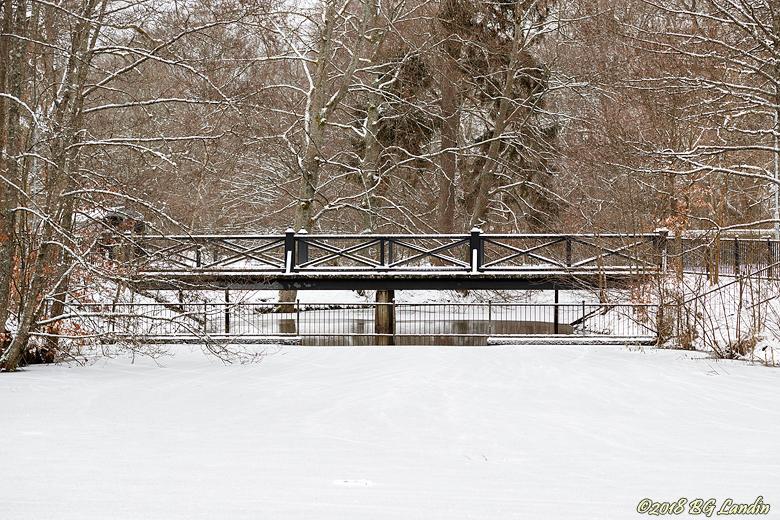 Snödekorerad bro