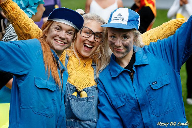 Tre glada unga damer