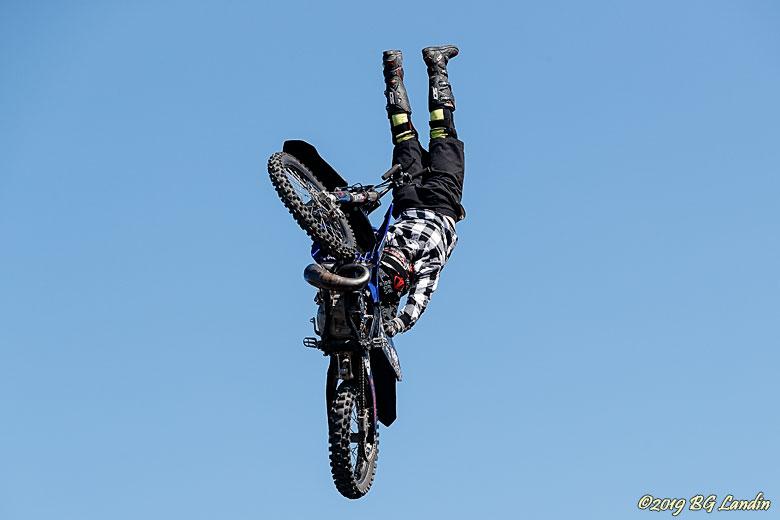 Viktor Kjell flyger i luften