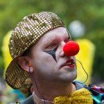 En clown i Hammarkullenkarnevalen