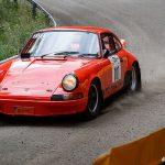 En Porsche smiskar grus
